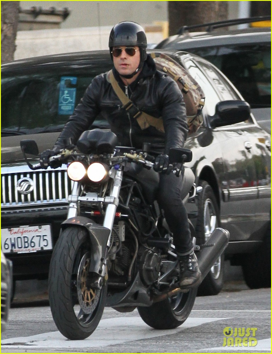 justin theroux rides his motorcycle to the gym 01