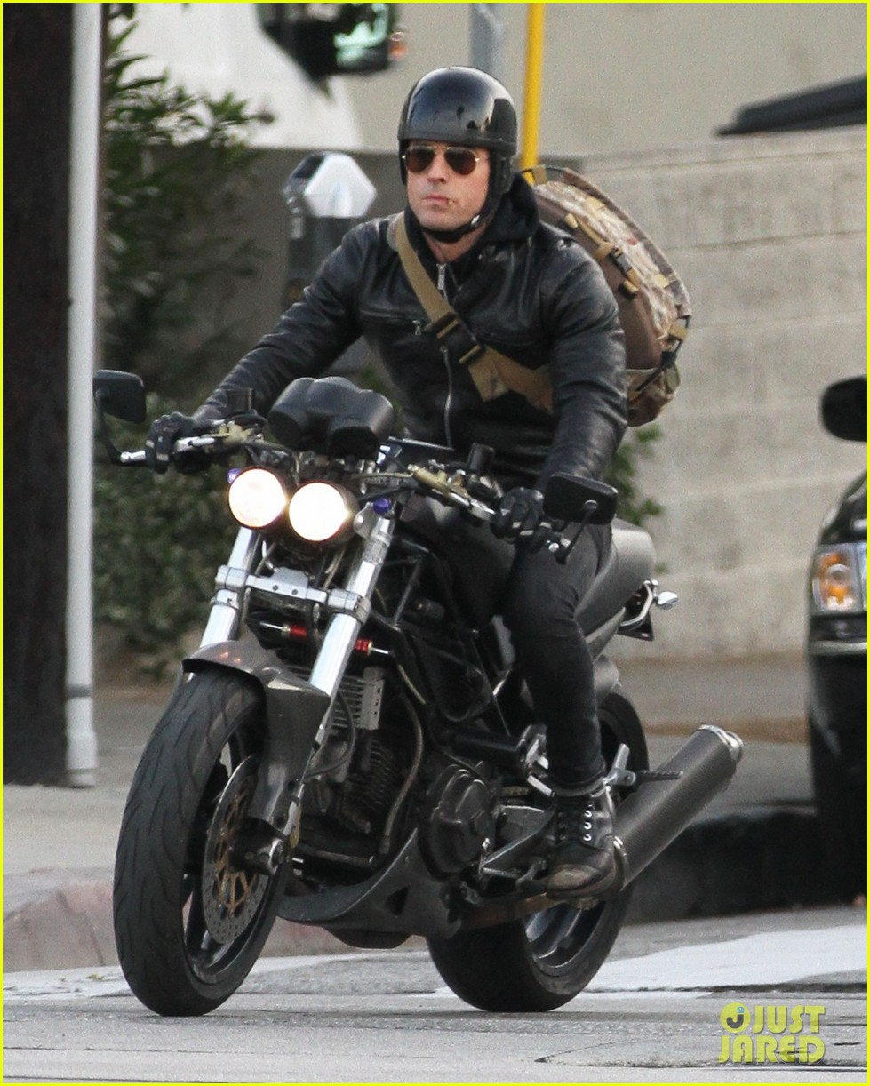 justin theroux rides his motorcycle to the gym 06