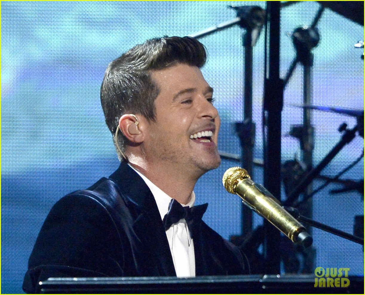 robin thicke chicago perform medley at grammys 2014 073041307