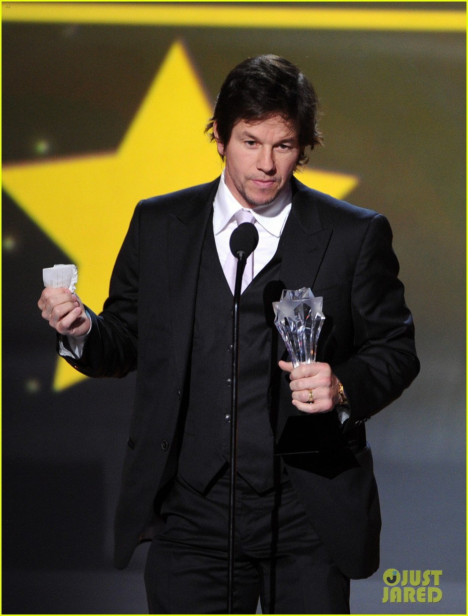 mark wahlberg critics choice awards 2014 red carpet 073033121