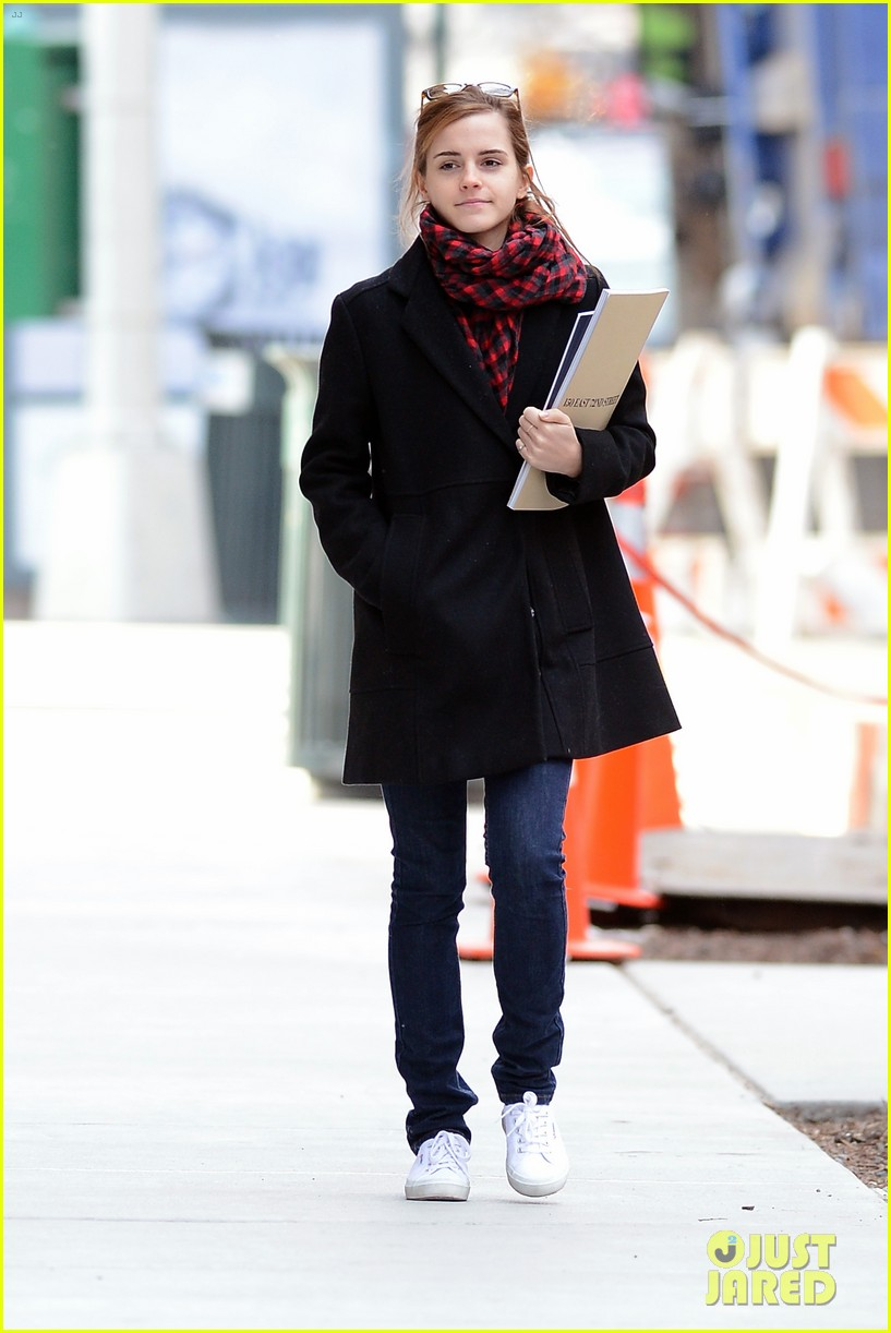 emma watson braves frigid cold for nyc apartment hunting 01