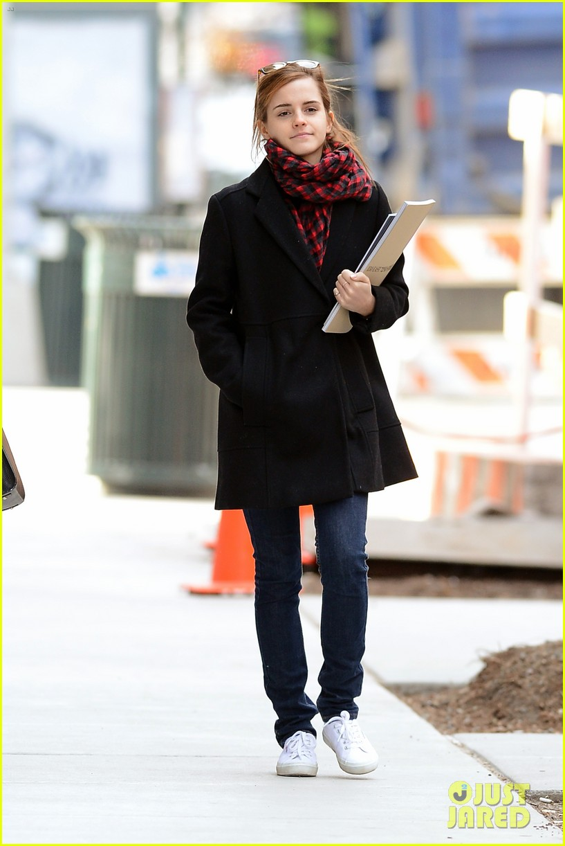 emma watson braves frigid cold for nyc apartment hunting 093038728