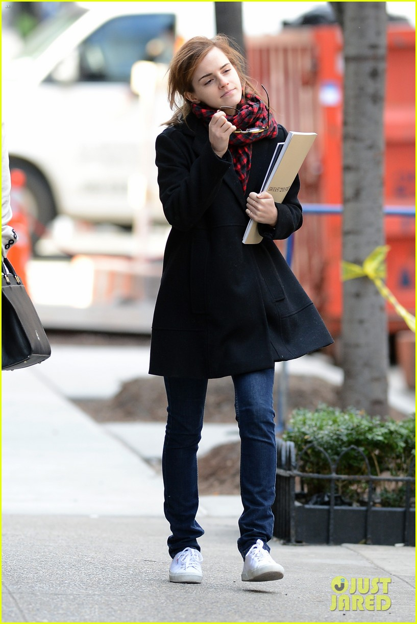 emma watson braves frigid cold for nyc apartment hunting 14