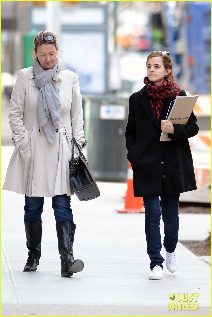 emma watson braves frigid cold for nyc apartment hunting 19