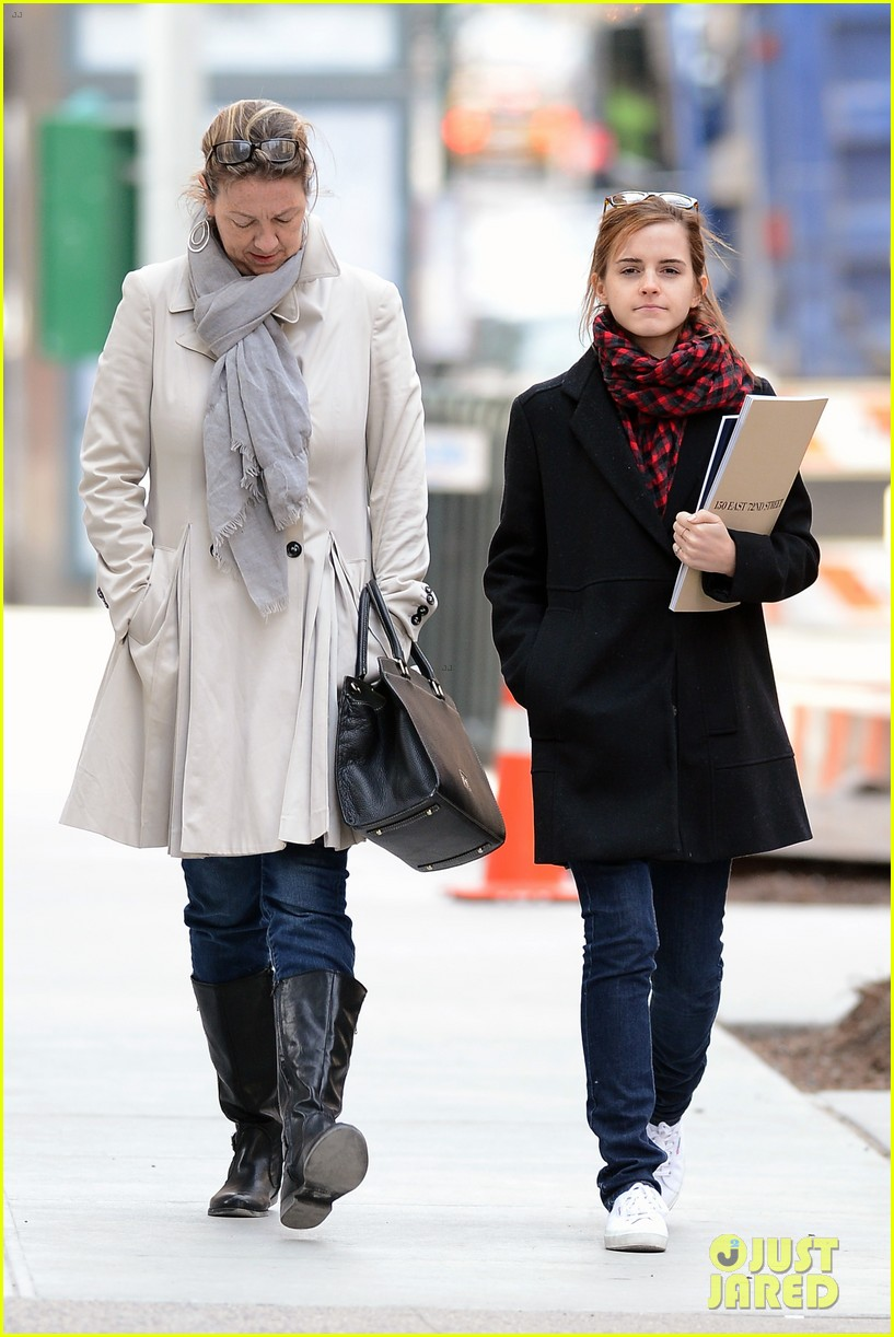 emma watson braves frigid cold for nyc apartment hunting 21