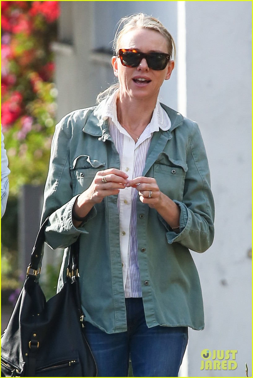 naomi watts runs lots of errands in los angeles 18