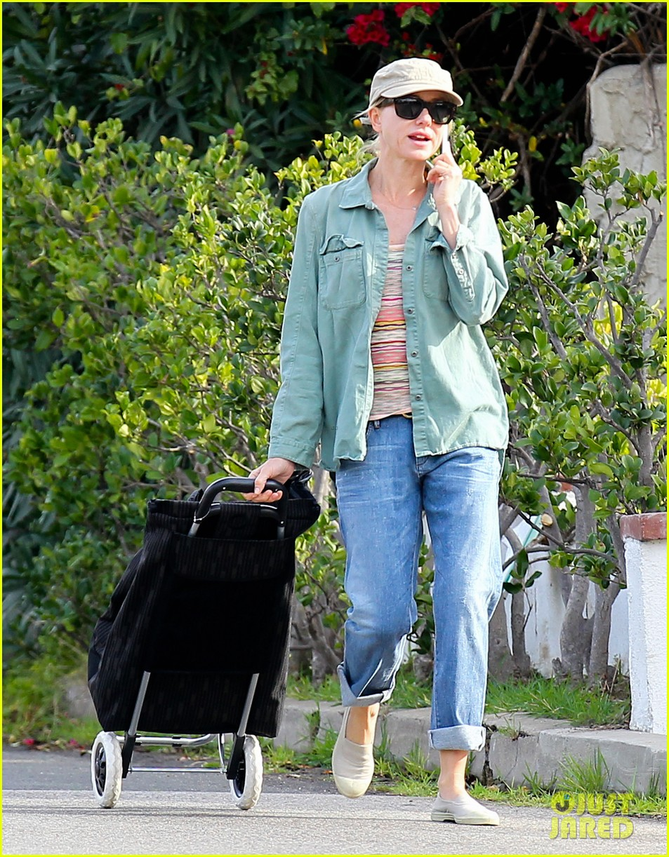 naomi watts farmers marker shopper 01
