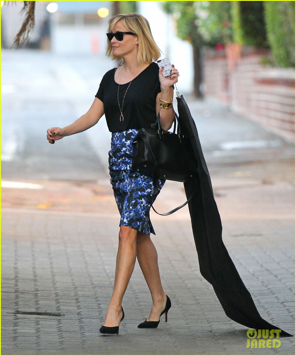reese witherspoon steps out after the intern news 03