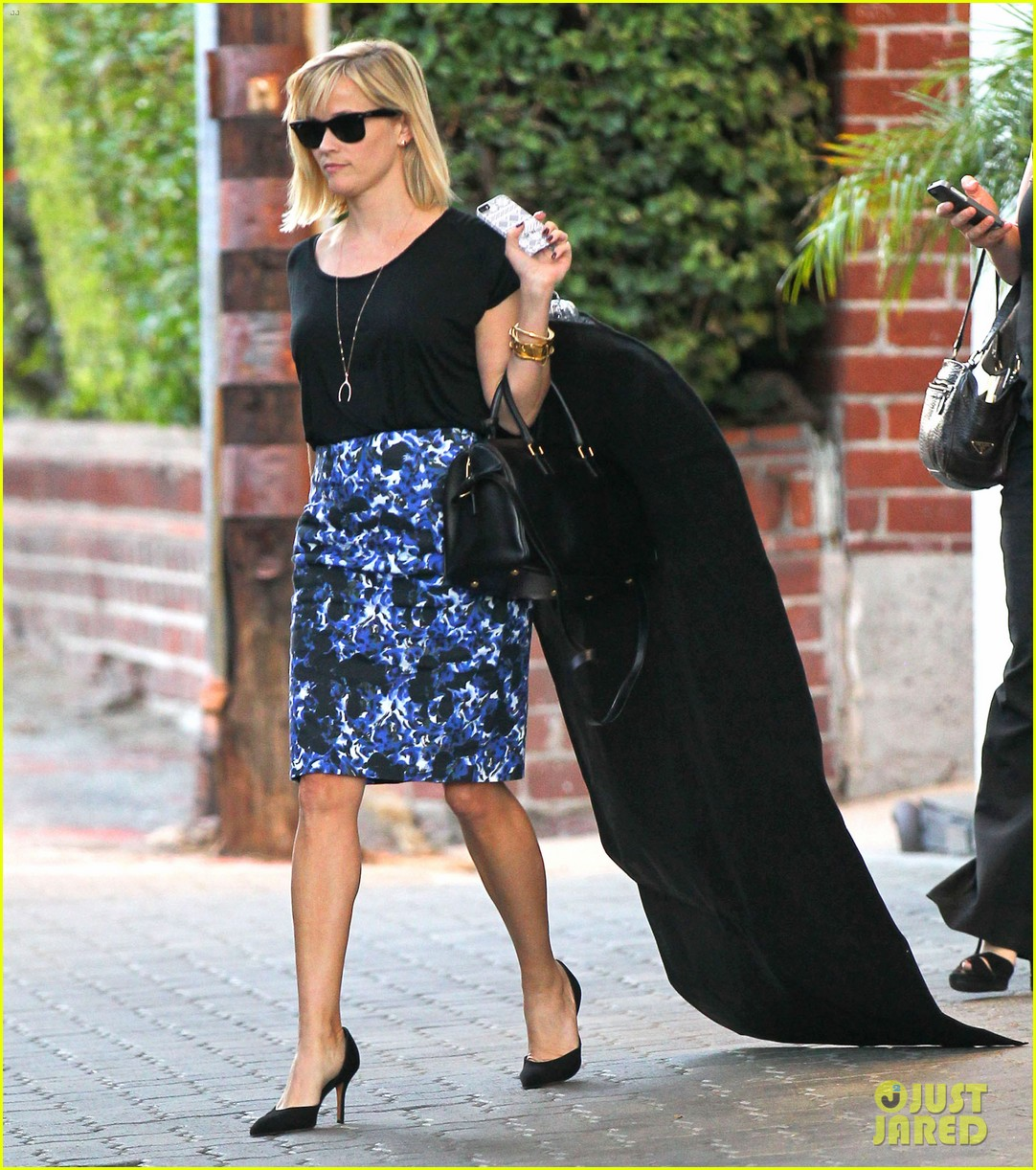 reese witherspoon steps out after the intern news 06
