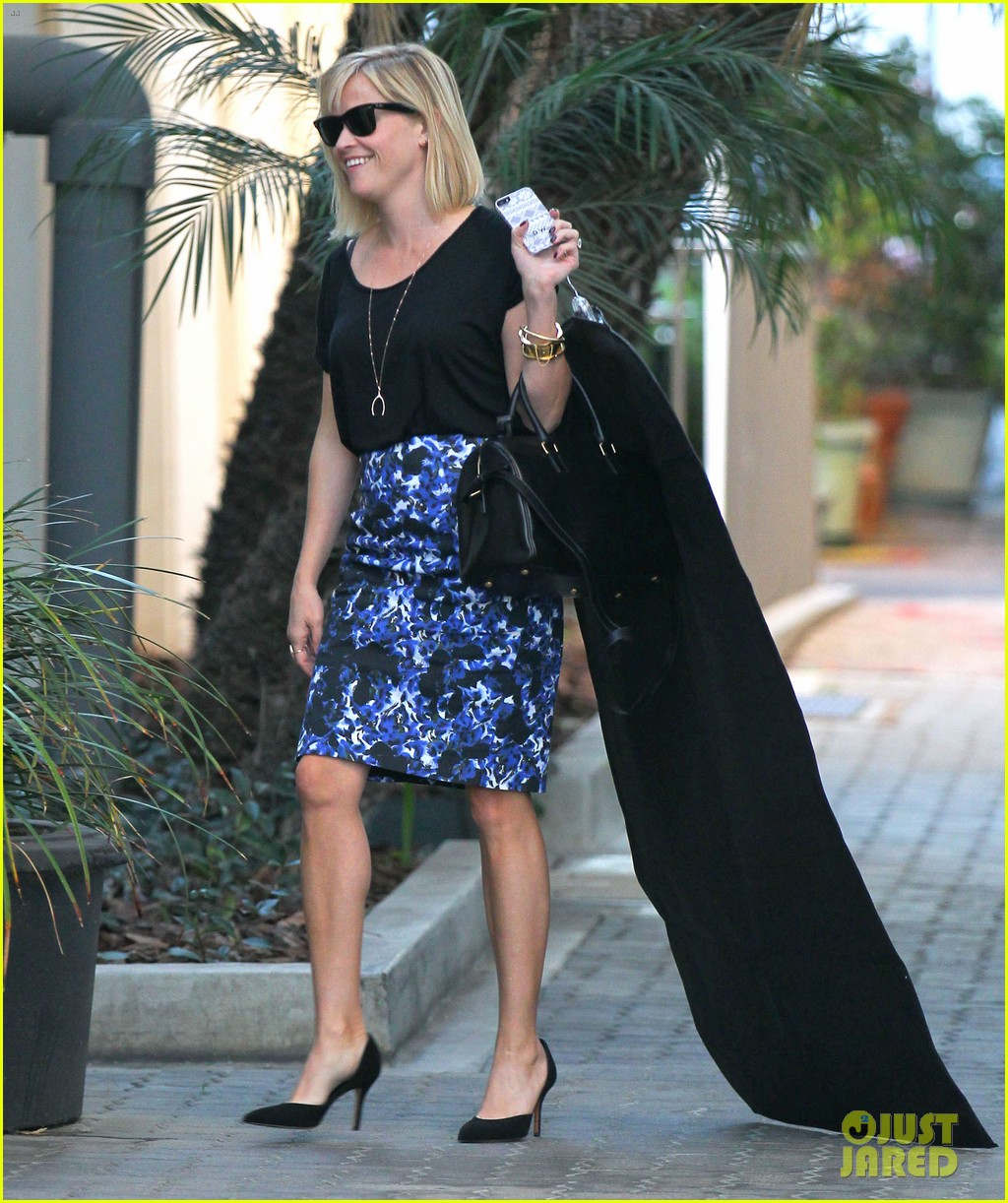 reese witherspoon steps out after the intern news 103033538