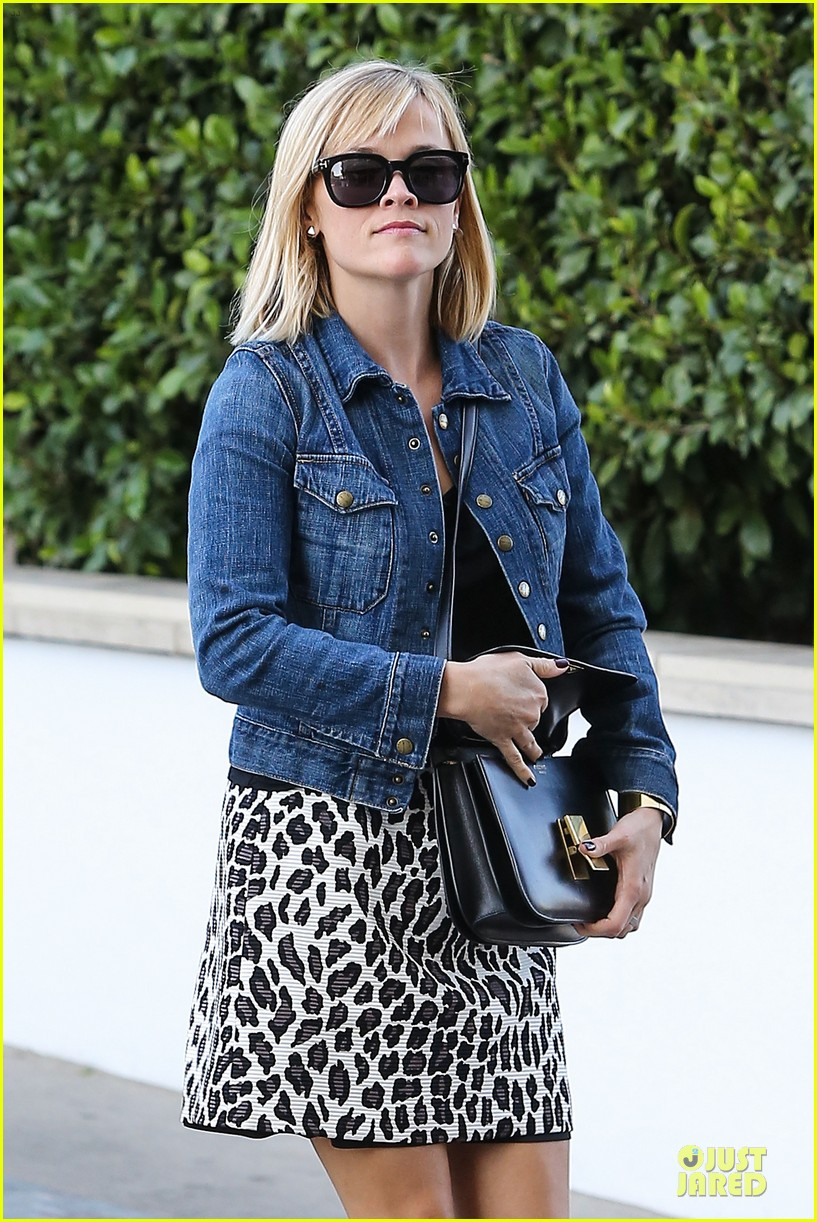 reese witherspoon leopard print babe before golden globes 15
