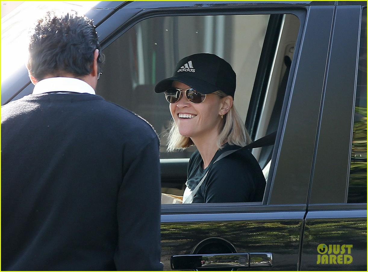 reese witherspoon golden globes presenter this weekend 23