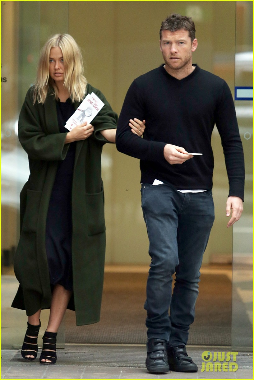 sam worthington lara bingle wear matching rings on that finger 01