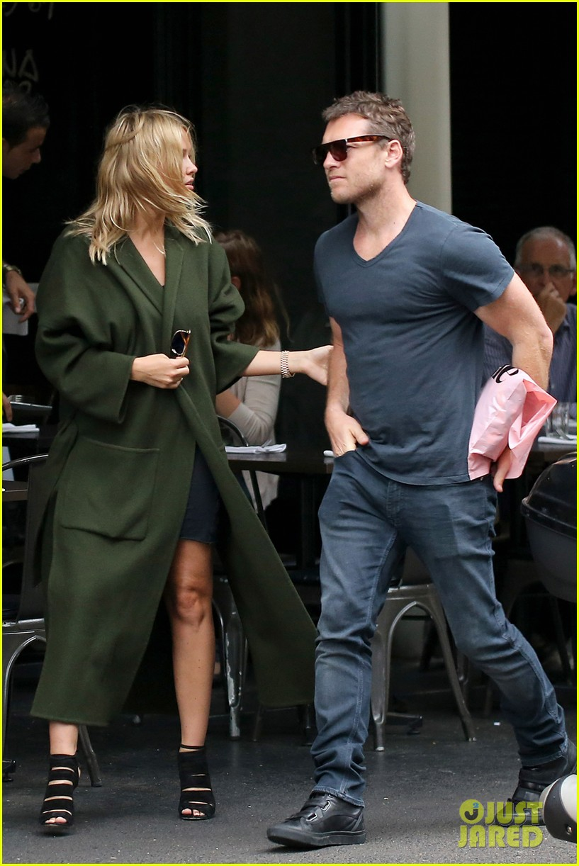 sam worthington lara bingle wear matching rings on that finger 153038661