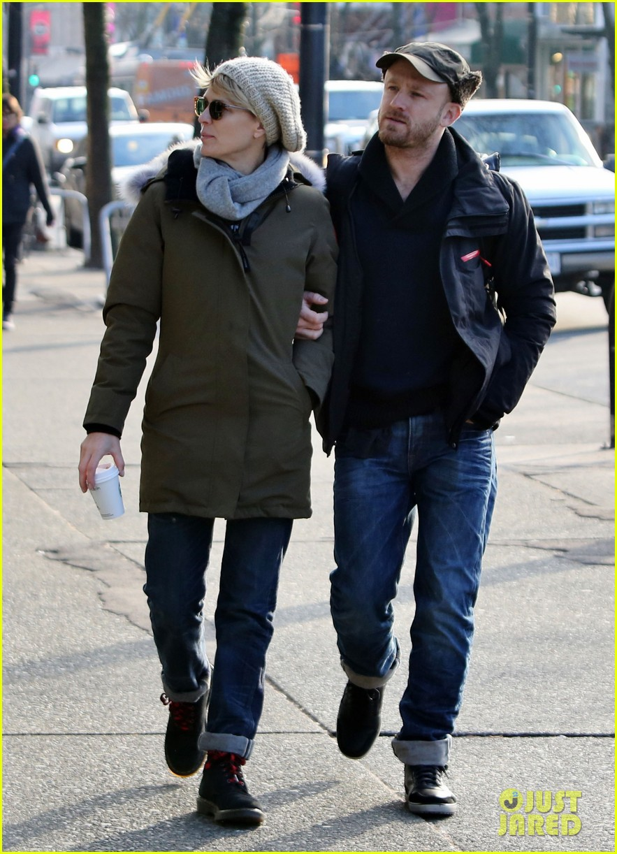 robin wright new fiance ben foster step out for daytime stroll 15
