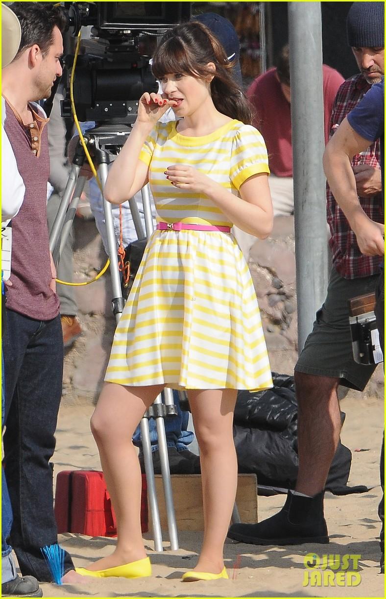zooey deschanel new girl beach scenes with the cast 043039345