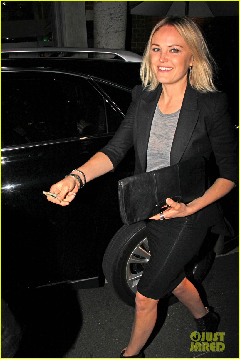 malin akerman shows off sebastians cool new carseat 013052853