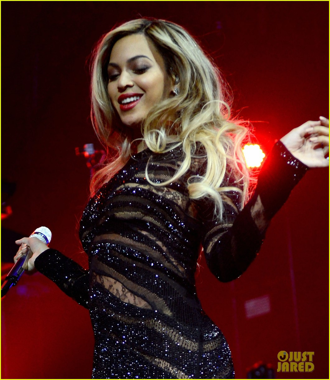 beyonce surprises crowd at jay zs pre super bowl concert 063046063