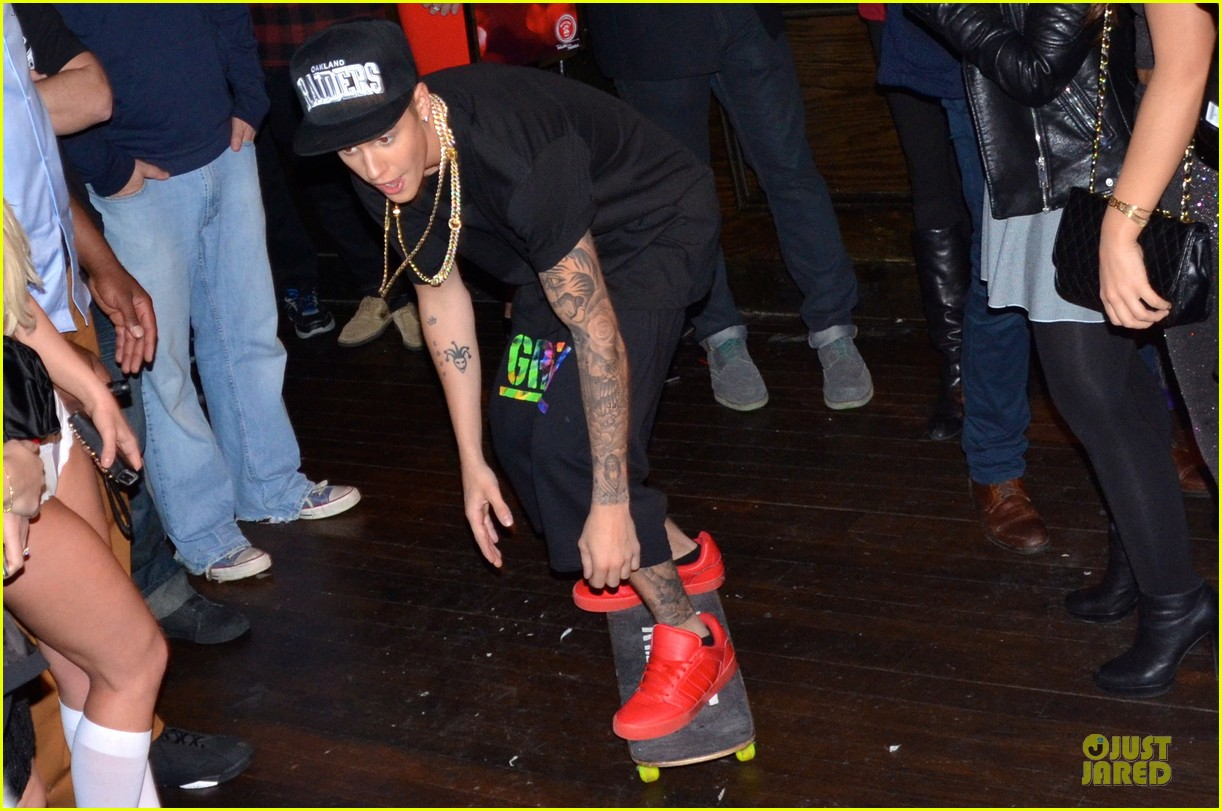 justin bieber shows off skateboarding tricks at pre super bowl party video 03