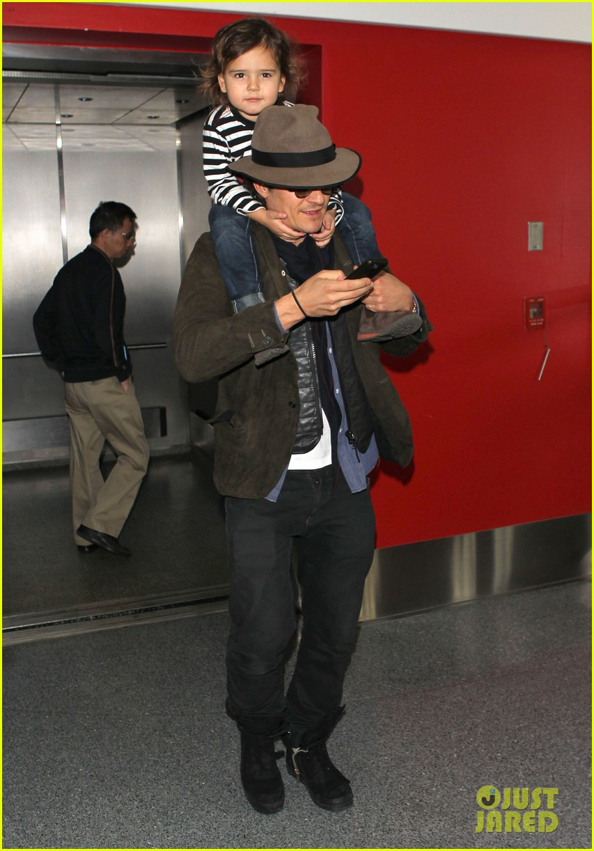 orlando bloom gives flynn a shoulder ride at the airport 053056666