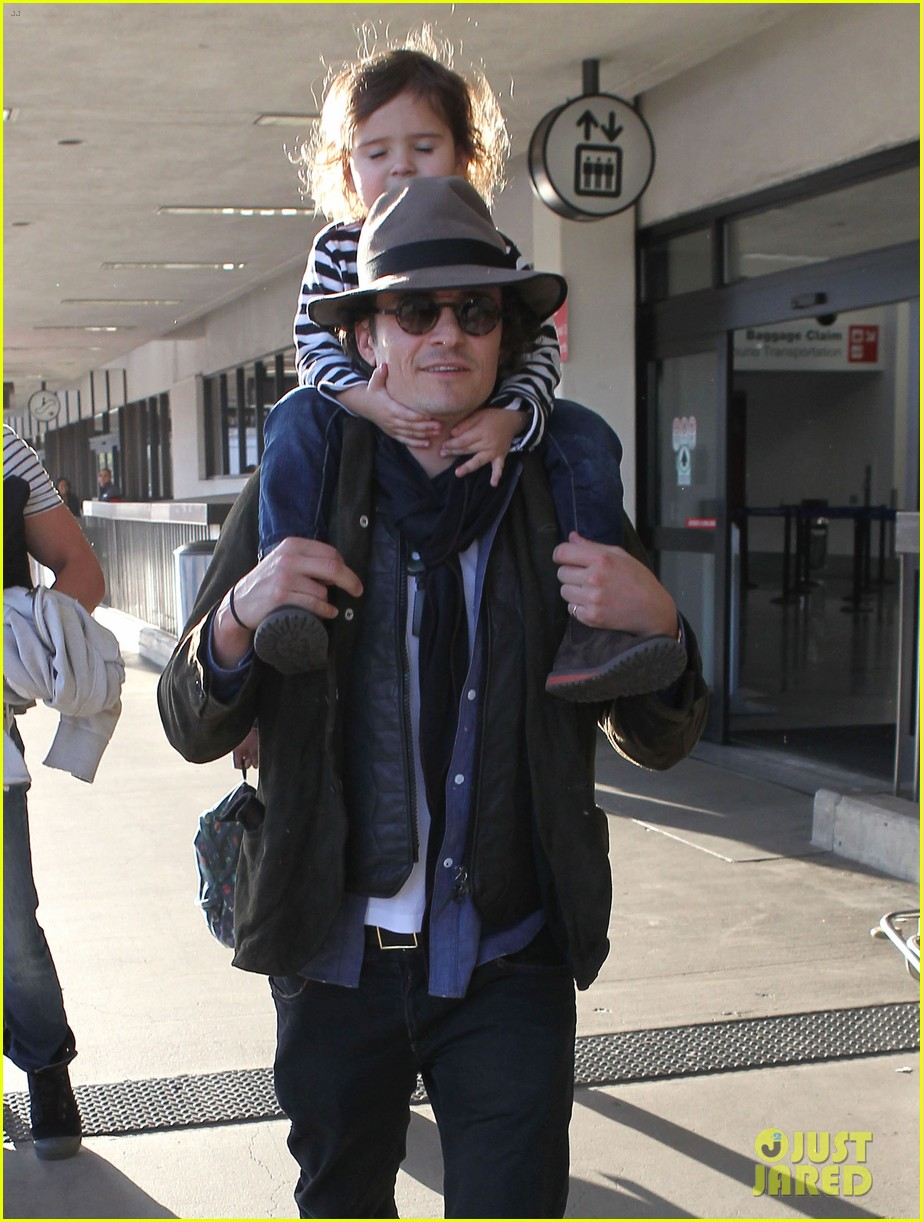 orlando bloom gives flynn a shoulder ride at the airport 07