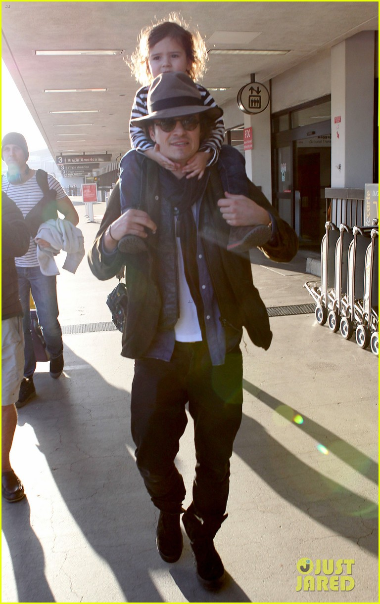 orlando bloom gives flynn a shoulder ride at the airport 083056669