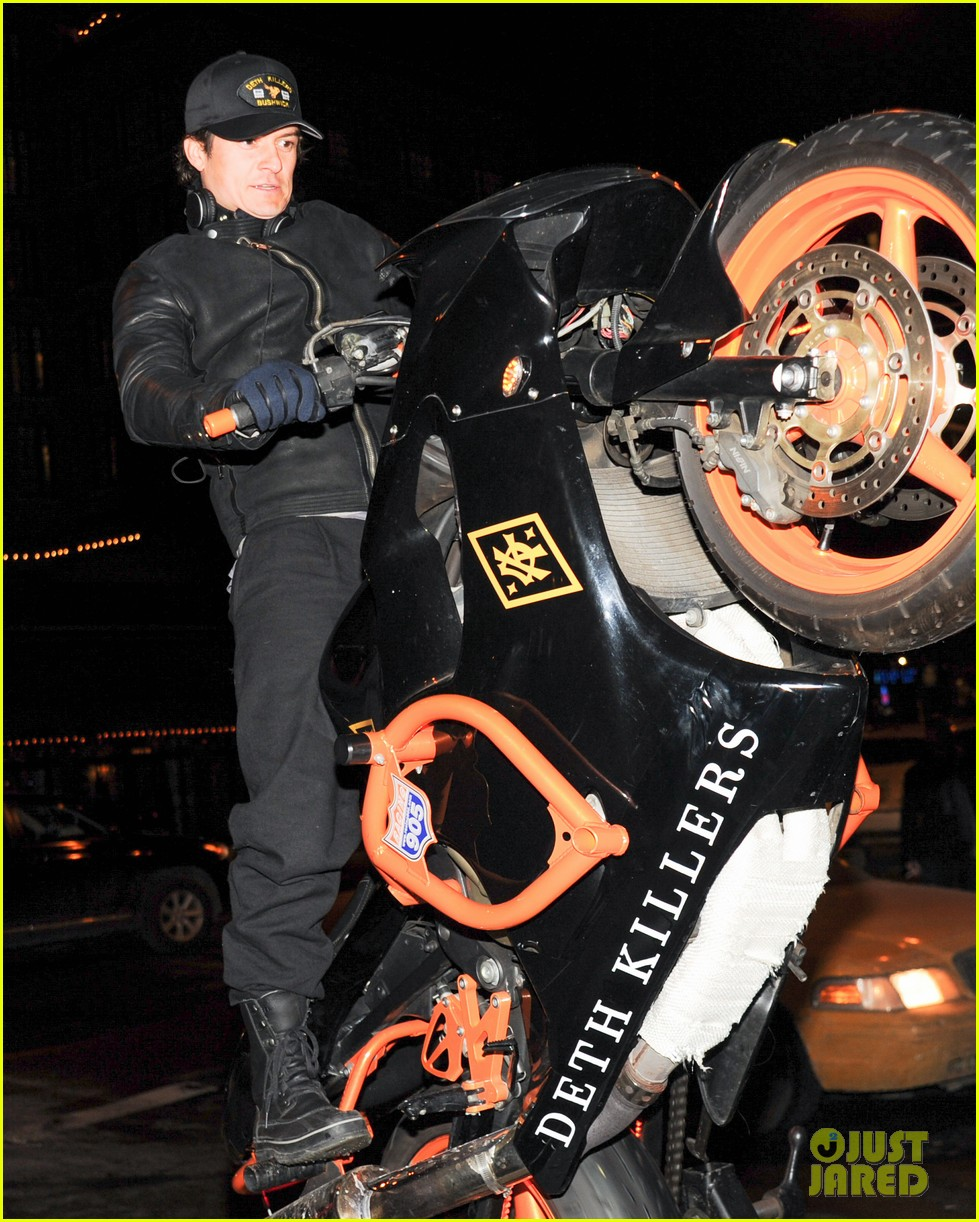 orlando bloom pops a wheelie meets justin theroux at deth killers event 013051990