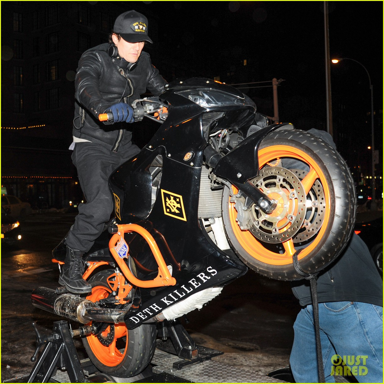 orlando bloom pops a wheelie meets justin theroux at deth killers event 03