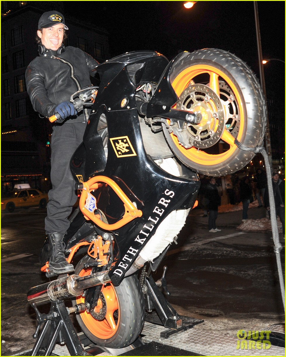 orlando bloom pops a wheelie meets justin theroux at deth killers event 123052001