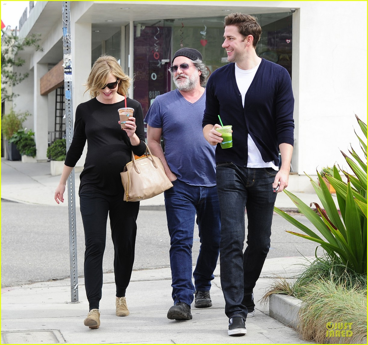 emily blunt john krasinski quench thirst at liquid juice bar 01
