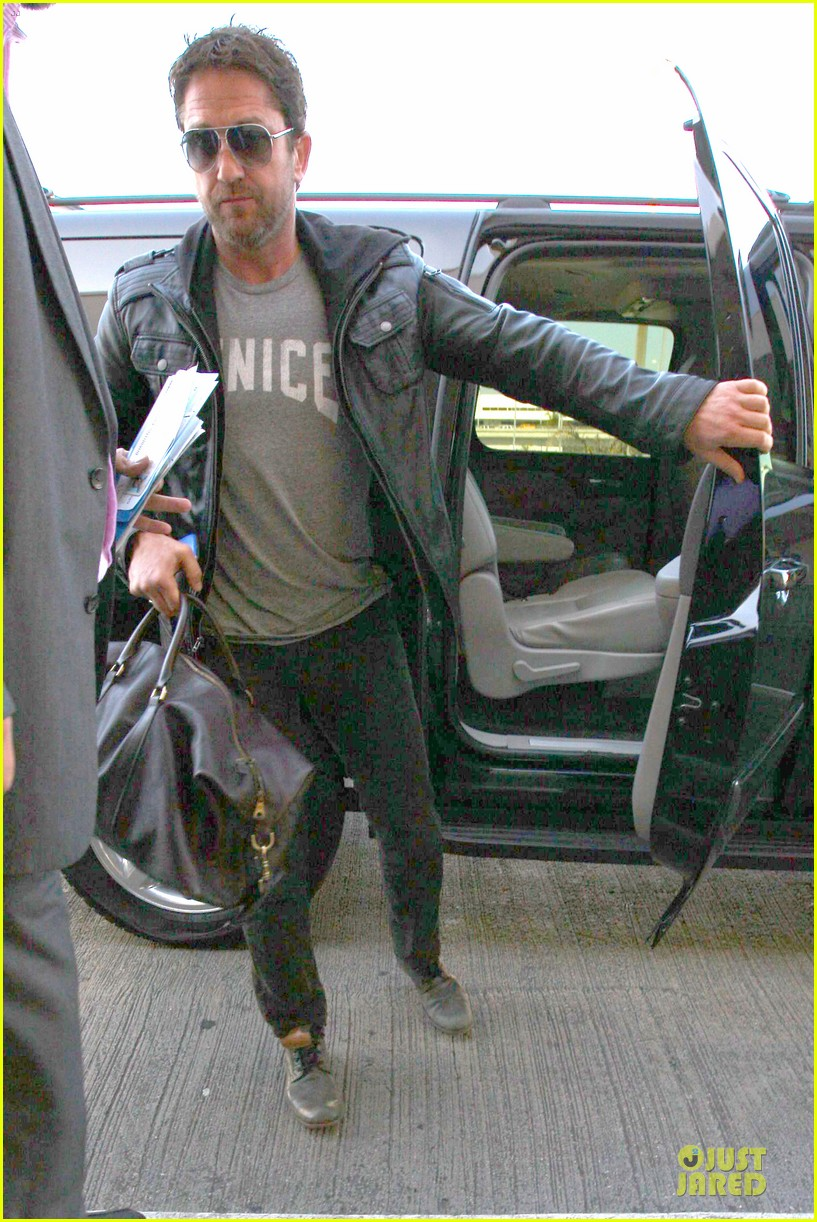 gerard butler light packer at lax airport 033050909