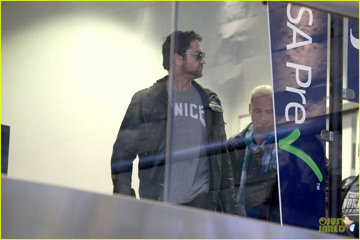 gerard butler light packer at lax airport 13