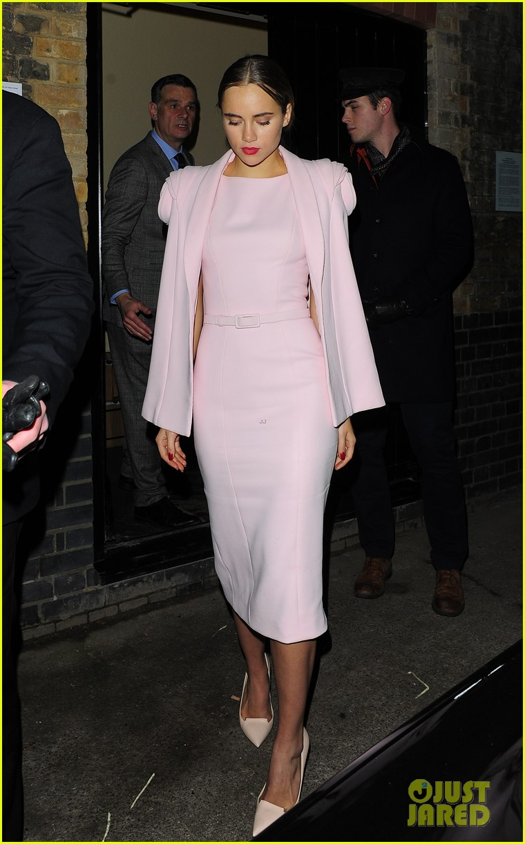 bradley cooper suki waterhouse pre baftas party pair 04