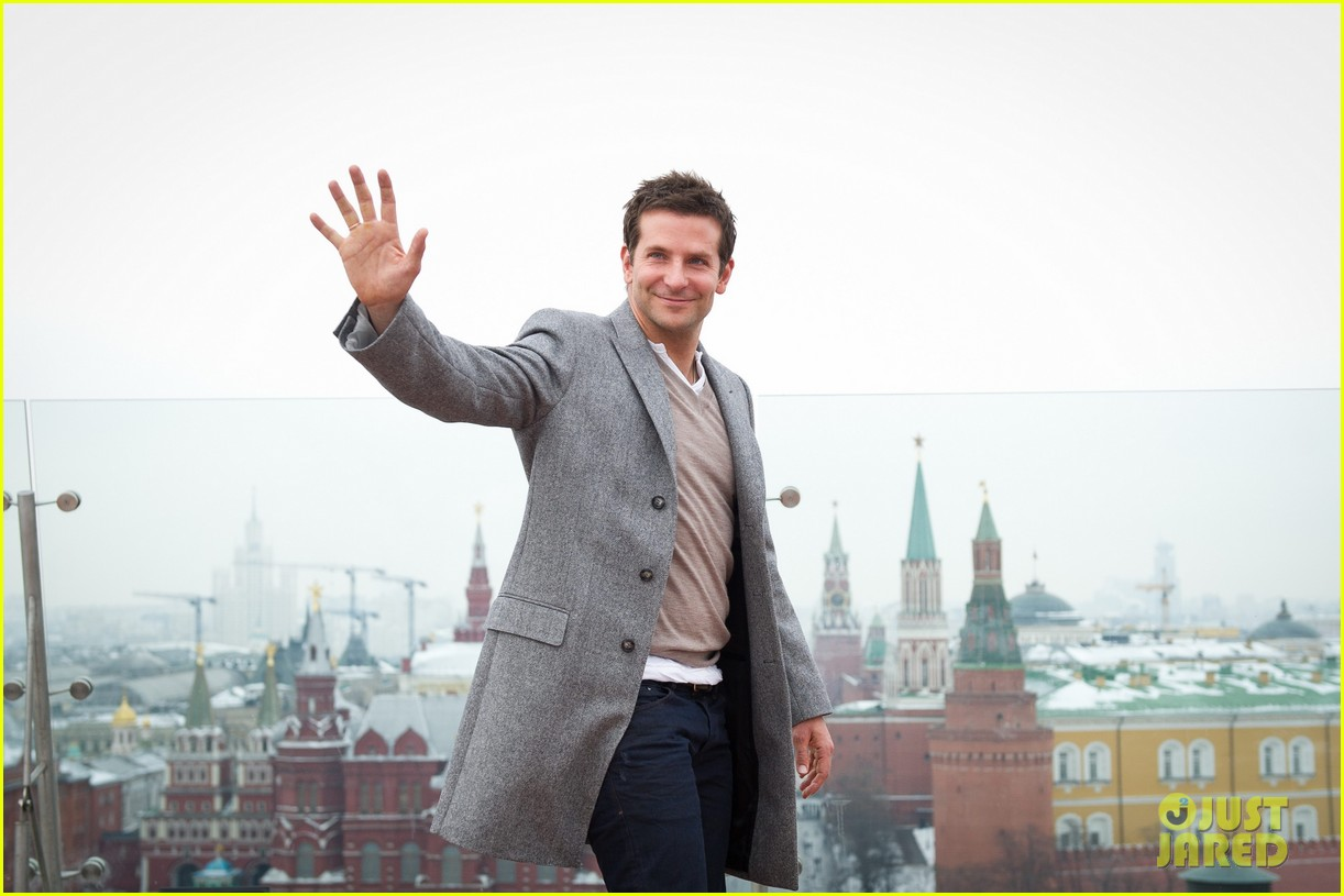 bradley cooper receives star while promoting american hustle in moscow 18