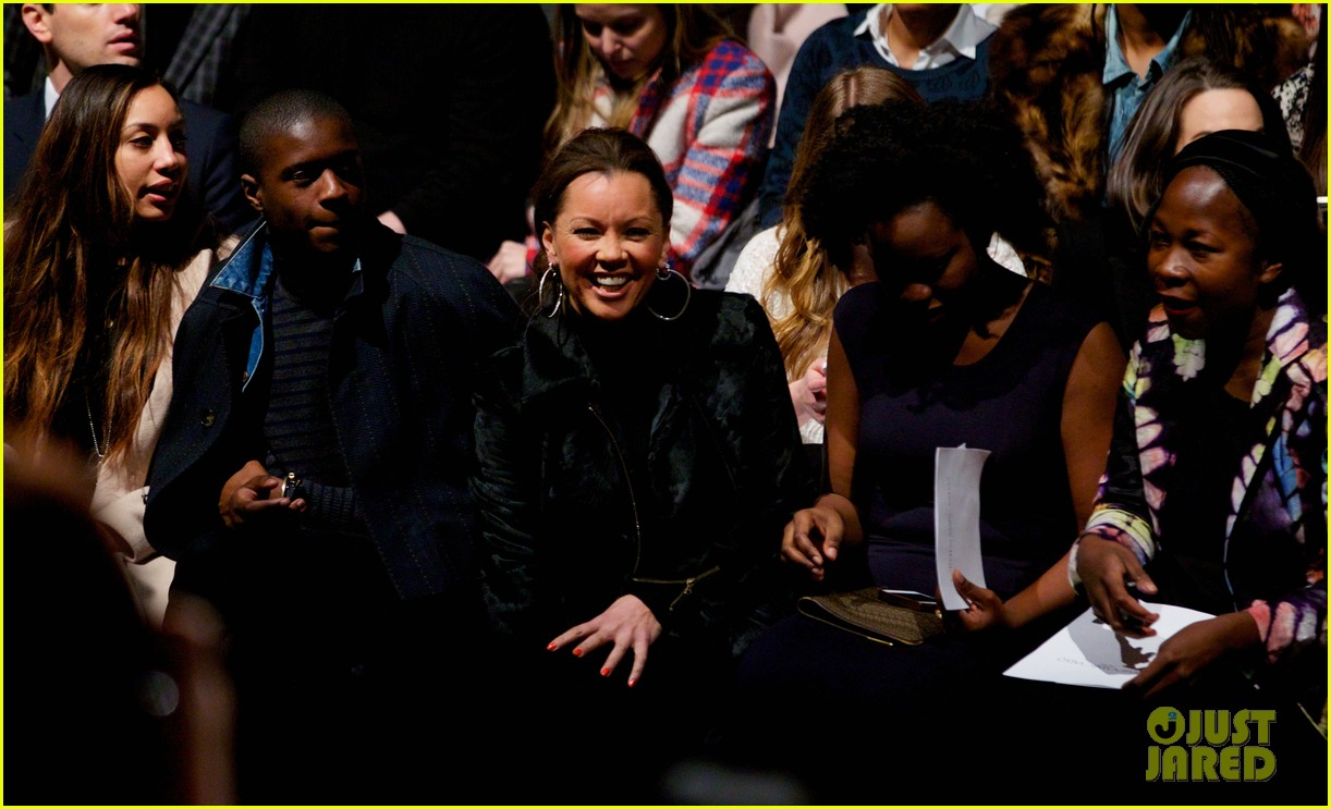 katie couric vanessa williams carmen marc valvo fashion show 06