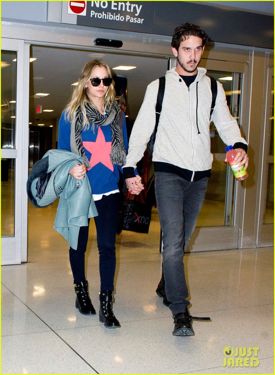 kaley cuoco ryan sweeting hold hands after flight into new york 04