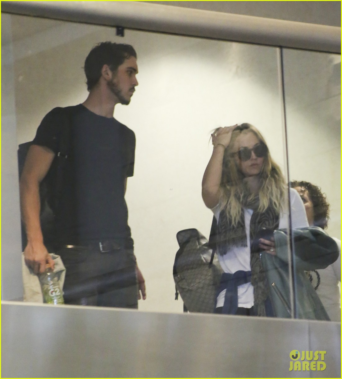 kaley cuoco ryan sweeting hold hands after flight into new york 12