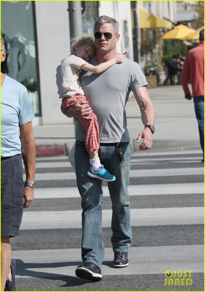eric dane is one hot dad while stepping out with his daughter 113054922