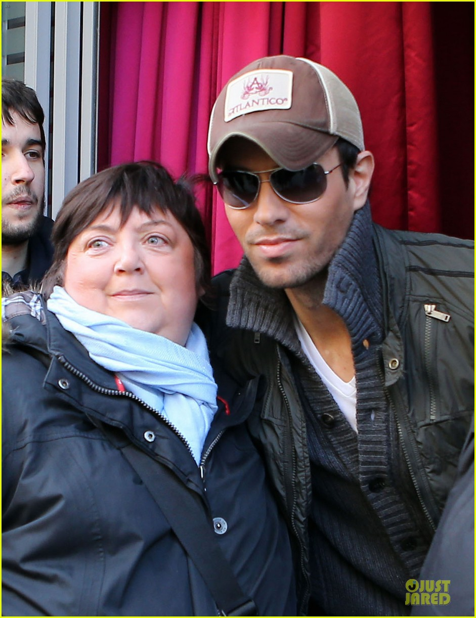 enrique iglesias im giving away my im a freak glasses 02