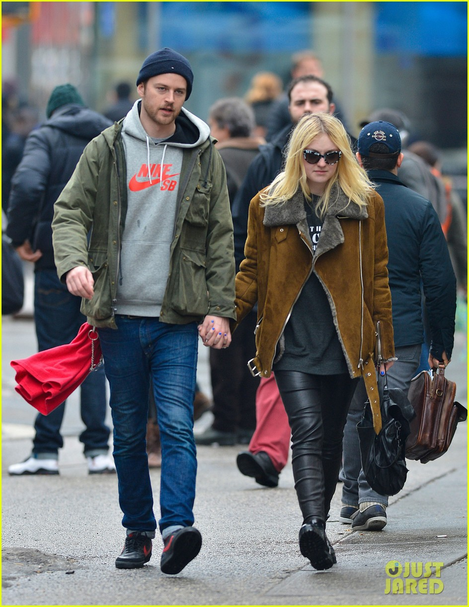 dakota elle fanning enjoy enjoy very different weather on separate coasts 063057198