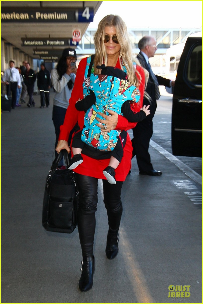 fergie wears baby carrier to hold axl at lax airport 013051831