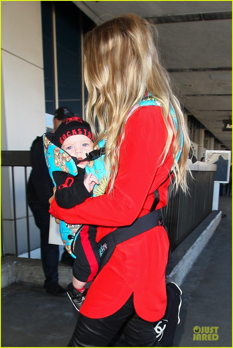 fergie wears baby carrier to hold axl at lax airport 02