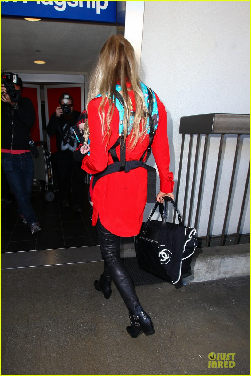 fergie wears baby carrier to hold axl at lax airport 10