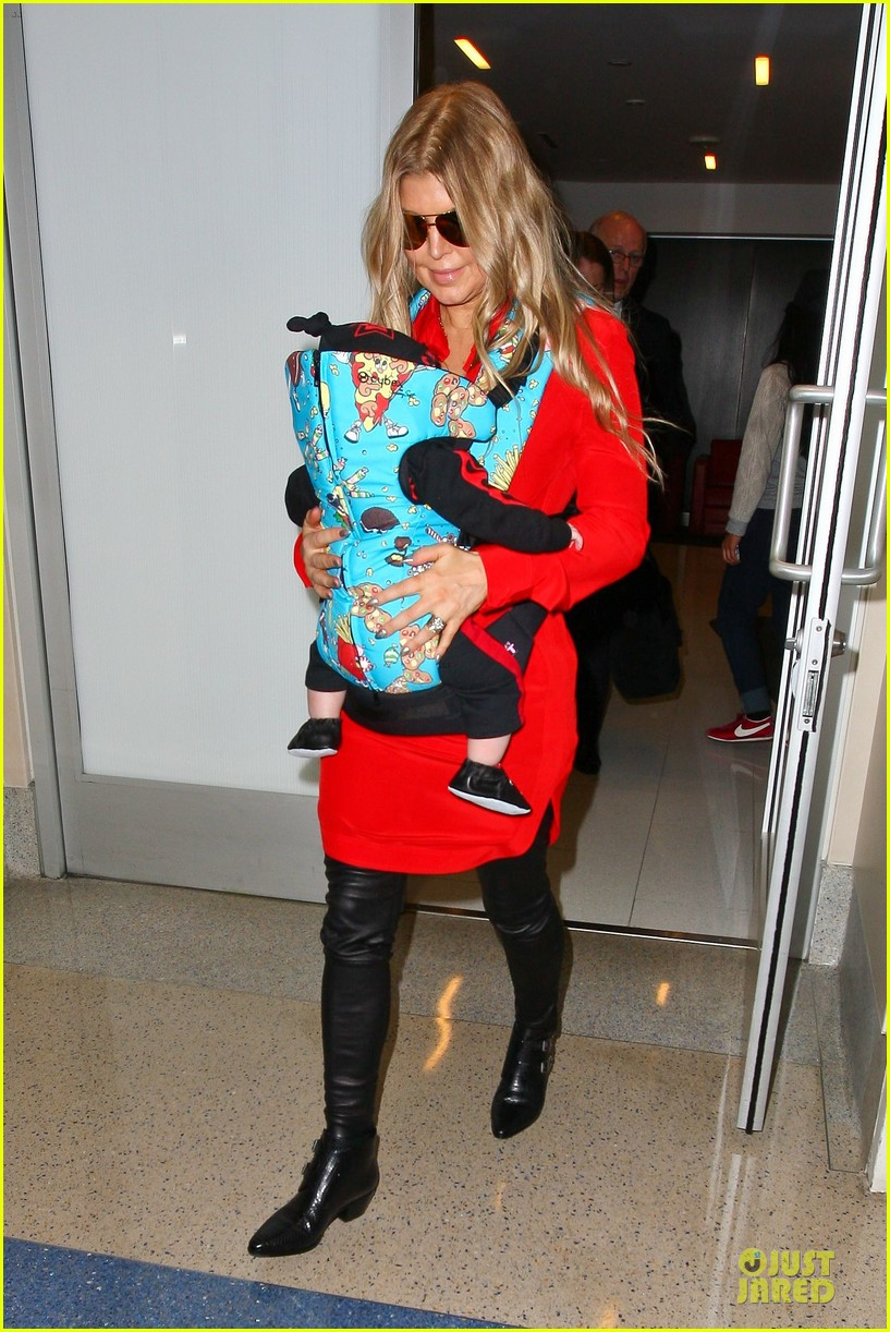 fergie wears baby carrier to hold axl at lax airport 12