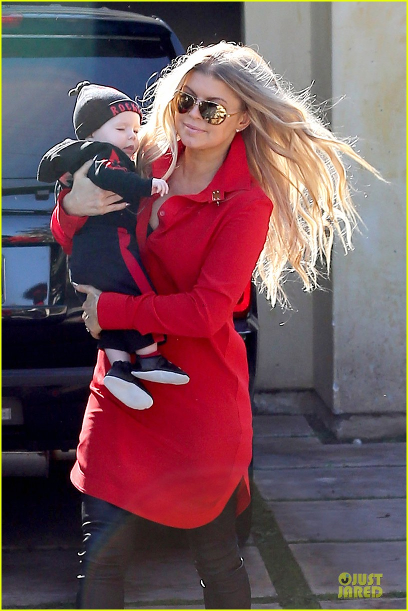 fergie wears baby carrier to hold axl at lax airport 15