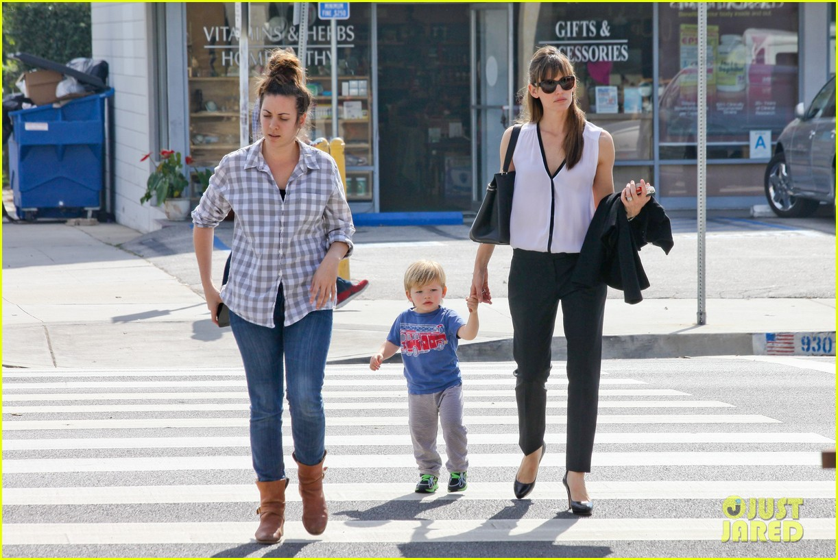 jennifer garner runs errands around town with the kids 19