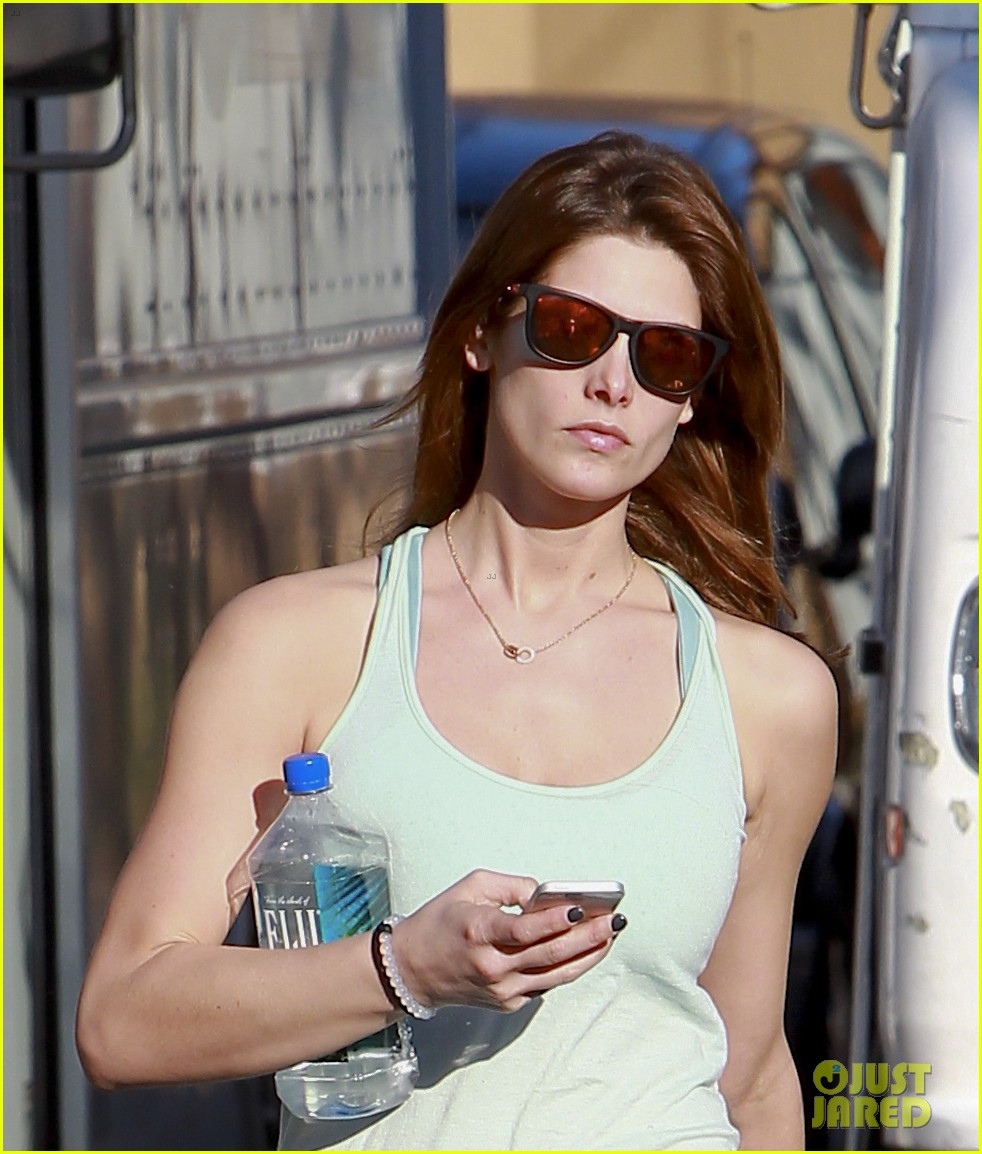 ashley greene new face of oakley eyewears 2014 campaign 043057654