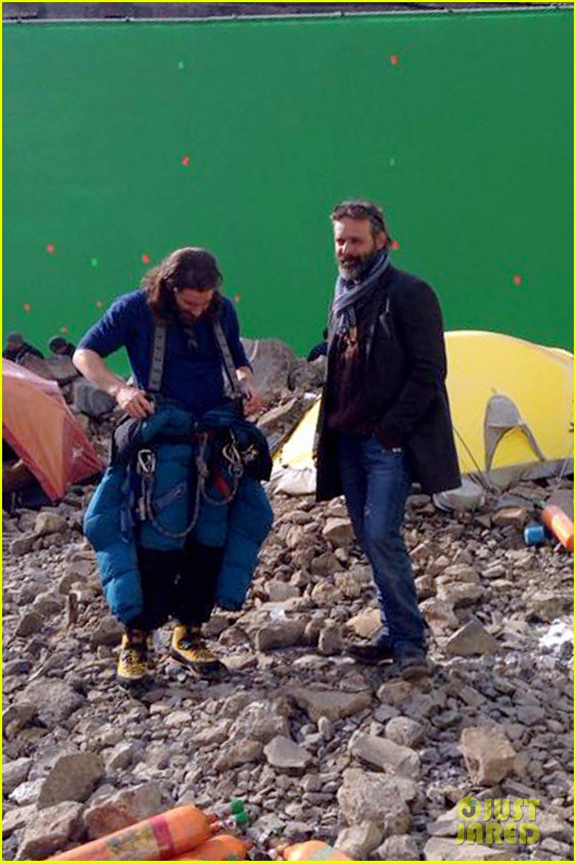 jake gyllenhaal sports long hair shaggy beard first everest set photos 043061020