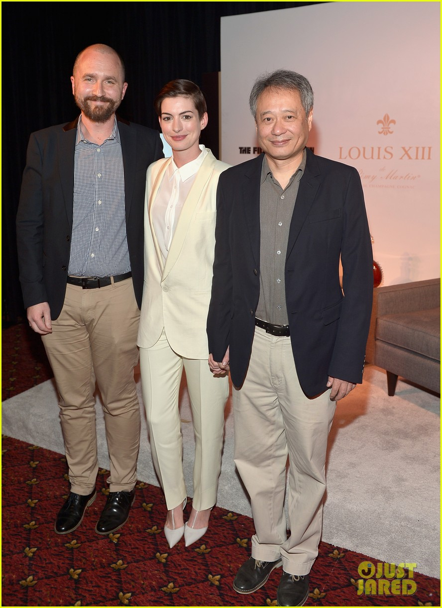 anne hathaway suits up to toast director ang lee 04