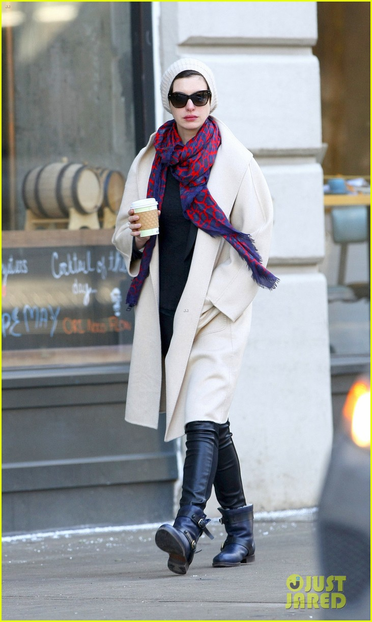 anne hathaway coffee stop after great american songbook gala 02